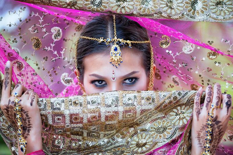 индийка окичена със златни бижута